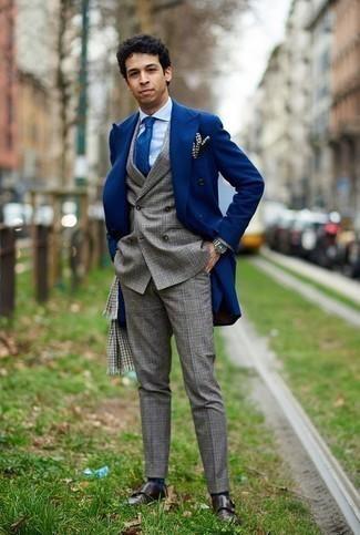 Cómo combinar una bufanda de pata de gallo gris: Emparejar un abrigo largo azul junto a una bufanda de pata de gallo gris es una opción muy buena para el fin de semana. ¿Te sientes ingenioso? Dale el toque final a tu atuendo con zapatos con doble hebilla de cuero en marrón oscuro.