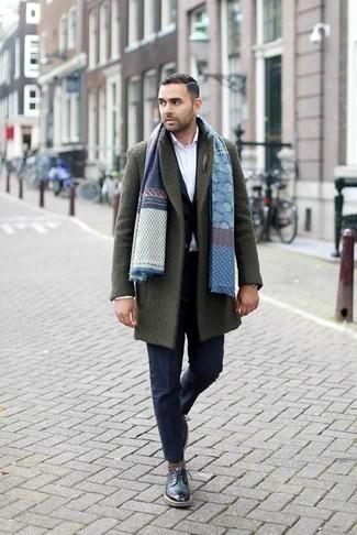 Cómo combinar un abrigo largo verde oliva: Haz de un abrigo largo verde oliva y un traje azul marino tu atuendo para un perfil clásico y refinado. ¿Quieres elegir un zapato informal? Opta por un par de zapatos derby de cuero verde oscuro para el día.