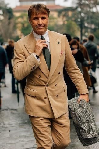 Cómo combinar un abrigo largo de espiguilla gris: Casa un abrigo largo de espiguilla gris con un traje de pana marrón claro para un perfil clásico y refinado.