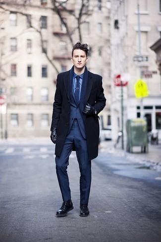 Cómo combinar un traje azul marino en invierno 2021: Ponte un traje azul marino y un abrigo largo azul marino para una apariencia clásica y elegante. ¿Quieres elegir un zapato informal? Completa tu atuendo con botas casual de cuero negras para el día. Este atuendo es una solución perfecta si tu en busca de un atuendo invernal.