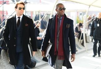 Cómo combinar: abrigo largo negro, traje gris, camisa de vestir de cuadro vichy en azul marino y blanco, corbata en marrón oscuro