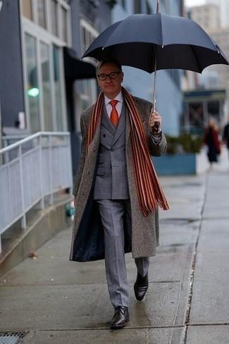 Outfits hombres: Opta por un abrigo largo gris y un traje de tartán gris para un perfil clásico y refinado. Botas safari de cuero en marrón oscuro darán un toque desenfadado al conjunto.