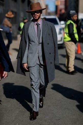 Outfits hombres en clima frío: Accede a un refinado y elegante estilo con un abrigo largo en gris oscuro y un traje gris. Para darle un toque relax a tu outfit utiliza zapatos con doble hebilla de cuero en marrón oscuro.