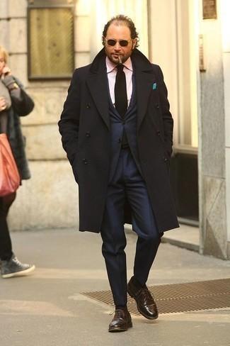 Outfits hombres en clima frío: Emparejar un abrigo largo negro junto a un traje azul marino es una opción inmejorable para una apariencia clásica y refinada. Zapatos oxford de cuero marrónes son una opción atractiva para complementar tu atuendo.