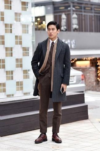 Cómo combinar una bufanda marrón claro: Un abrigo largo en gris oscuro y una bufanda marrón claro son una opción muy buena para el fin de semana. ¿Te sientes valiente? Completa tu atuendo con zapatos brogue de cuero marrónes.