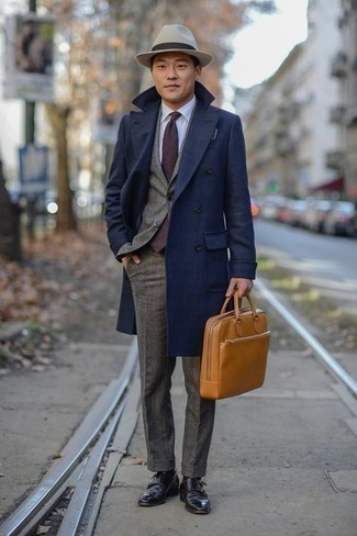 Cómo combinar una corbata en marrón oscuro: Equípate un abrigo largo azul marino con una corbata en marrón oscuro para un perfil clásico y refinado. Si no quieres vestir totalmente formal, haz zapatos con doble hebilla de cuero en marrón oscuro tu calzado.