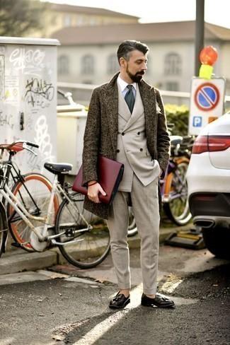 Cómo combinar un abrigo largo en marrón oscuro: Ponte un abrigo largo en marrón oscuro y un traje en beige para un perfil clásico y refinado. Si no quieres vestir totalmente formal, elige un par de mocasín con borlas de cuero negro.