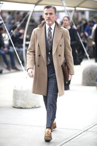 Intenta ponerse un abrigo largo marrón claro y un traje a cuadros azul marino para una apariencia clásica y elegante. Zapatos con doble hebilla de cuero marrón claro son una opción perfecta para complementar tu atuendo.