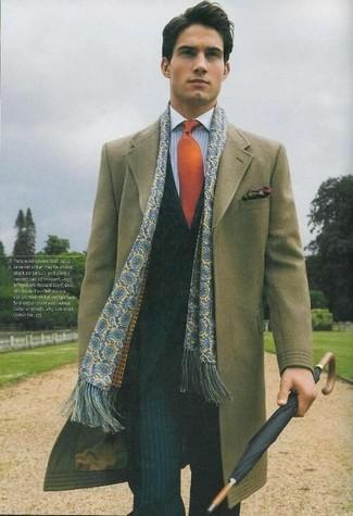 Cómo combinar: abrigo largo verde oliva, traje de rayas verticales negro, camisa de vestir de rayas verticales celeste, corbata naranja