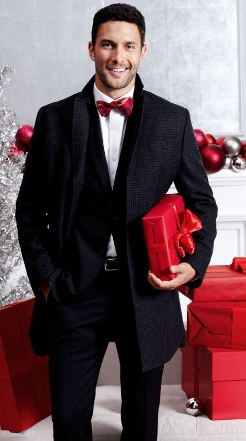Look de moda Abrigo Largo en Gris Oscuro, Traje Negro, Camisa de Vestir Blanca, Corbatín de Tartán Rojo