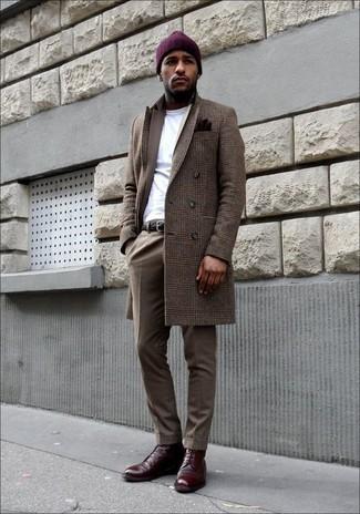 Cómo combinar: abrigo largo de tartán marrón, traje marrón, camiseta con cuello circular blanca, botas formales de cuero burdeos