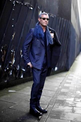 Cómo combinar un traje azul marino en invierno 2021: Ponte un traje azul marino y un abrigo largo azul marino para una apariencia clásica y elegante. Botines chelsea de cuero negros añaden un toque de personalidad al look. Este look es una elección espectacular si tu en busca de un look idóneo para las jornadas de invierno.