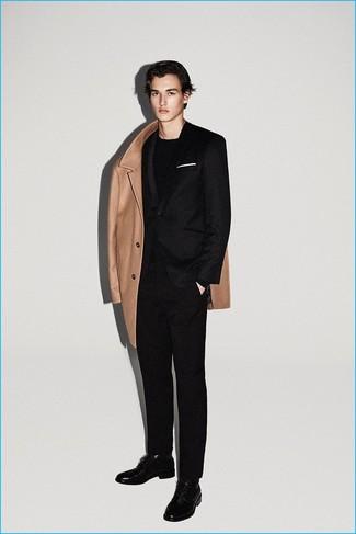 Cómo combinar: abrigo largo marrón claro, traje de lana negro, camiseta de manga larga negra, zapatos derby de cuero negros