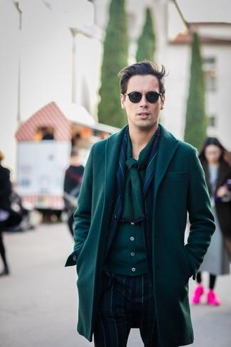 Cómo combinar: abrigo largo verde oscuro, traje de rayas verticales azul marino, cárdigan verde oscuro, bufanda verde oscuro