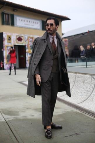 Cómo combinar: abrigo largo de cuadro vichy en marrón oscuro, traje en marrón oscuro, chaleco de vestir en marrón oscuro, camisa de vestir de cuadro vichy en blanco y marrón