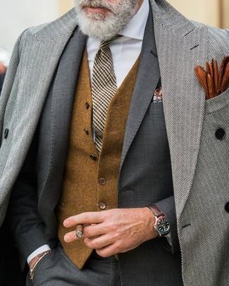 Cómo combinar un pañuelo de bolsillo con print de flores azul marino: Un abrigo largo de espiguilla gris y un pañuelo de bolsillo con print de flores azul marino son una opción estupenda para el fin de semana.