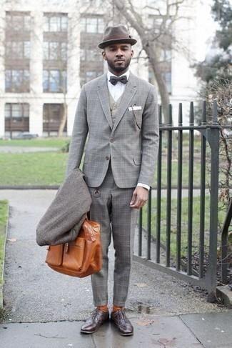 Cómo combinar un corbatín: Considera ponerse un abrigo largo gris y un corbatín transmitirán una vibra libre y relajada. ¿Por qué no ponerse zapatos oxford de cuero en marrón oscuro a la combinación para dar una sensación más clásica?