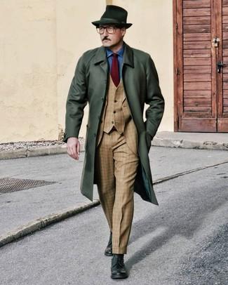 Cómo combinar una camisa de manga larga de cambray azul: Empareja una camisa de manga larga de cambray azul junto a un abrigo largo verde oscuro para un lindo look para el trabajo. Botas brogue de cuero verde oscuro son una opción atractiva para complementar tu atuendo.