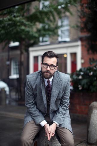 Cómo combinar un abrigo largo en gris oscuro: Elige un abrigo largo en gris oscuro y un traje de tres piezas marrón para un perfil clásico y refinado.
