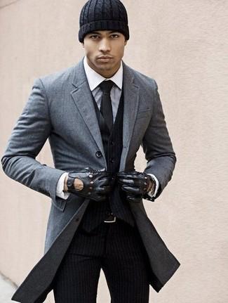 Cómo combinar un abrigo largo en gris oscuro: Ponte un abrigo largo en gris oscuro y un traje de tres piezas de rayas verticales negro para un perfil clásico y refinado.