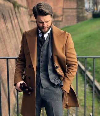 Cómo combinar: abrigo largo marrón claro, traje de tres piezas de lana gris, camisa de vestir blanca, corbata negra