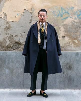 Cómo combinar: abrigo largo negro, traje de tres piezas negro, camisa de vestir blanca, mocasín de ante bordado negro