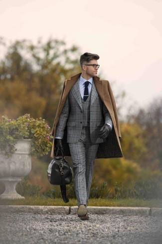 Cómo combinar: abrigo largo marrón, traje de tres piezas de tartán gris, camisa de vestir celeste, zapatos oxford de cuero en marrón oscuro