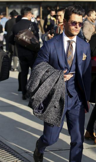 Cómo combinar un abrigo largo de espiguilla en gris oscuro: Intenta ponerse un abrigo largo de espiguilla en gris oscuro y un traje de tres piezas a cuadros azul marino para un perfil clásico y refinado.
