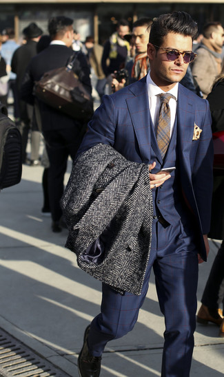 Cómo combinar: abrigo largo de espiguilla en gris oscuro, traje de tres piezas a cuadros azul marino, camisa de vestir blanca, corbata de tartán gris