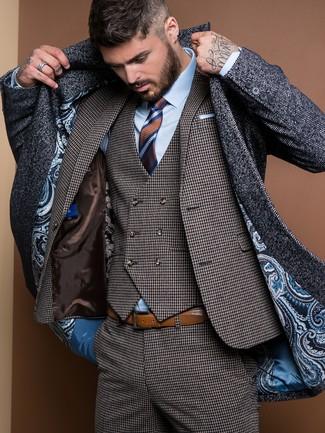 Cómo combinar: abrigo largo de espiguilla en gris oscuro, traje de tres piezas de pata de gallo en gris oscuro, camisa de vestir celeste, corbata de rayas horizontales marrón