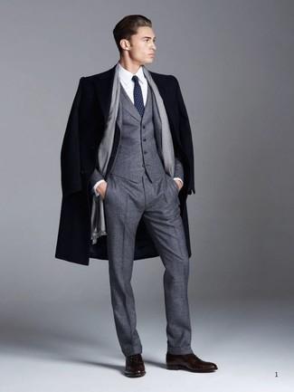 Cómo combinar: abrigo largo azul marino, traje de tres piezas de lana en gris oscuro, camisa de vestir blanca, zapatos oxford de cuero en marrón oscuro