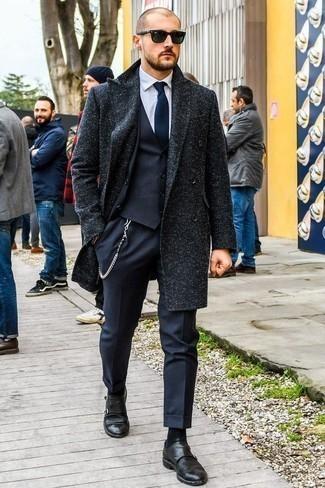 Cómo combinar un traje de tres piezas azul marino: Emparejar un traje de tres piezas azul marino con un abrigo largo azul marino es una opción inigualable para una apariencia clásica y refinada. Zapatos con doble hebilla de cuero negros resaltaran una combinación tan clásico.