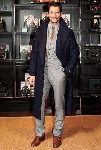 Cómo combinar un traje de tres piezas gris: Emparejar un traje de tres piezas gris junto a un abrigo largo azul marino es una opción perfecta para una apariencia clásica y refinada. ¿Quieres elegir un zapato informal? Elige un par de zapatos con doble hebilla de cuero marrónes para el día.