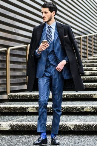 Una camisa de vestir de vestir con un mocasín con borlas negro: Utiliza una camisa de vestir y un abrigo largo negro para un perfil clásico y refinado. Mocasín con borlas negro son una opción perfecta para complementar tu atuendo.