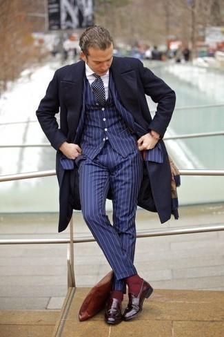 Cómo combinar una corbata a lunares en azul marino y blanco: Emparejar un abrigo largo azul marino junto a una corbata a lunares en azul marino y blanco es una opción atractiva para una apariencia clásica y refinada. ¿Quieres elegir un zapato informal? Opta por un par de mocasín de cuero burdeos para el día.