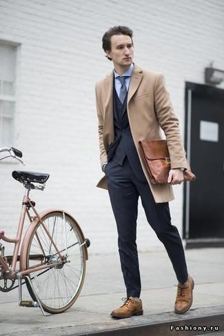 Cómo combinar: abrigo largo marrón claro, traje de tres piezas en gris oscuro, camisa de vestir celeste, zapatos brogue de cuero marrón claro