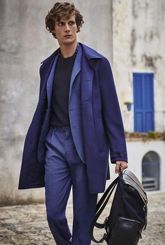 Cómo combinar una camisa de vestir de tartán azul marino: Accede a un refinado y elegante estilo con una camisa de vestir de tartán azul marino y un abrigo largo azul marino.