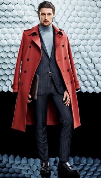 Cómo combinar: abrigo largo rojo, traje de rayas verticales en gris oscuro, jersey de cuello alto gris, zapatos con doble hebilla de cuero burdeos