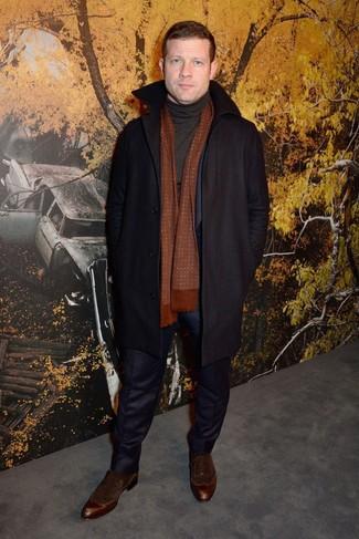 Look de Dermot O'Leary: Abrigo Largo Negro, Traje Azul Marino, Jersey de Cuello Alto Negro, Zapatos Oxford de Ante en Marrón Oscuro