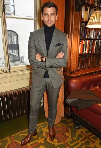 Cómo combinar: abrigo largo marrón, traje gris, jersey de cuello alto negro, zapatos oxford de cuero marrónes