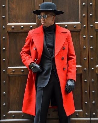 Cómo combinar: abrigo largo rojo, traje negro, jersey de cuello alto negro, sombrero de lana negro