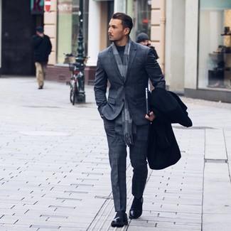 Cómo combinar una bufanda a cuadros gris: Intenta ponerse un abrigo largo negro y una bufanda a cuadros gris para un look agradable de fin de semana. Luce este conjunto con mocasín de cuero negro.