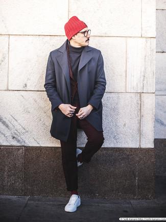 Cómo combinar unos calcetines burdeos: Equípate un abrigo largo azul marino junto a unos calcetines burdeos para un look agradable de fin de semana. Tenis de cuero blancos son una opción inmejorable para completar este atuendo.