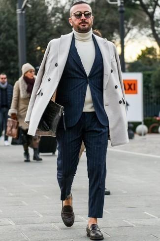 Cómo combinar un jersey de cuello alto en beige: Si buscas un look en tendencia pero clásico, empareja un jersey de cuello alto en beige con un abrigo largo en beige. Haz mocasín de cuero en marrón oscuro tu calzado para mostrar tu inteligencia sartorial.