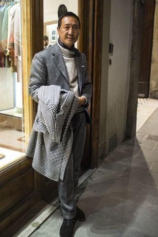 Cómo combinar unos zapatos derby de ante negros: Utiliza un abrigo largo de pata de gallo en blanco y negro y un traje de lana gris para un perfil clásico y refinado. Zapatos derby de ante negros son una opción grandiosa para completar este atuendo.