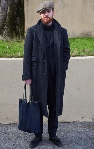 Cómo combinar una gorra inglesa gris: Un abrigo largo de espiguilla azul marino y una gorra inglesa gris son una opción buena para el fin de semana. Luce este conjunto con mocasín con borlas de cuero negro.