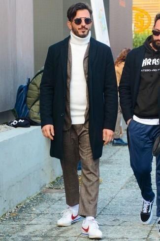 Cómo combinar un traje marrón: Equípate un traje marrón junto a un abrigo largo azul marino para una apariencia clásica y elegante. Si no quieres vestir totalmente formal, haz tenis de cuero en blanco y rojo tu calzado.