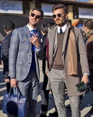 Ponte un jersey de pico marrón y un abrigo largo marrón para un lindo look para el trabajo.