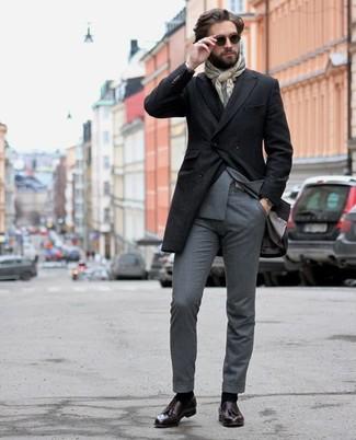 Outfits hombres: Intenta combinar un abrigo largo negro junto a un traje gris para rebosar clase y sofisticación. Mocasín con borlas de cuero morado oscuro resaltaran una combinación tan clásico.