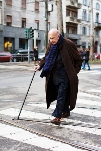 Moda para hombres de 60 años en clima fresco: Intenta combinar un abrigo largo en marrón oscuro con un traje de rayas verticales azul marino para un perfil clásico y refinado. Zapatos con hebilla de ante en marrón oscuro son una sencilla forma de complementar tu atuendo.
